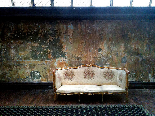 An image of the couch from the file The King's Speech